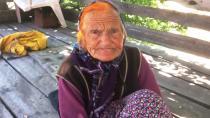 70 yıldır sırtında evine su getiriyor